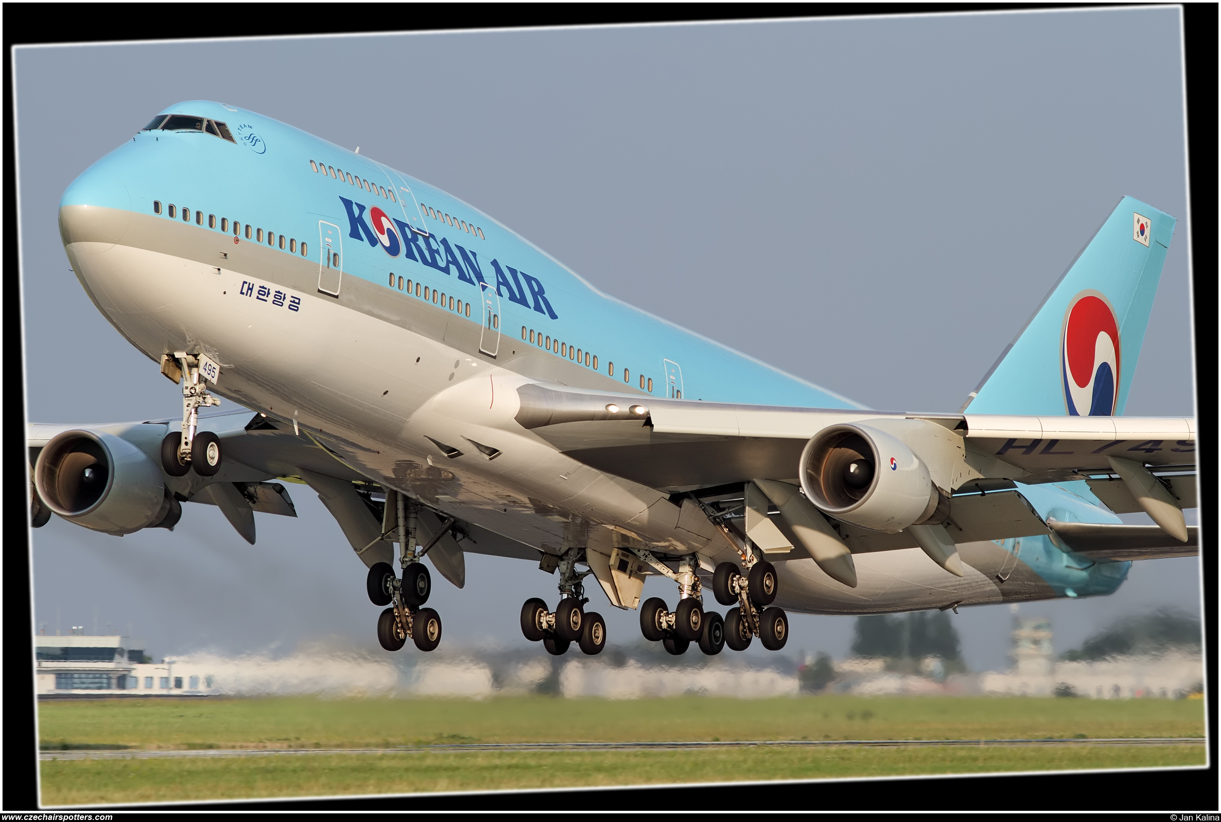 Korean Air (KAL) – Boeing B747-4B5 HL7495